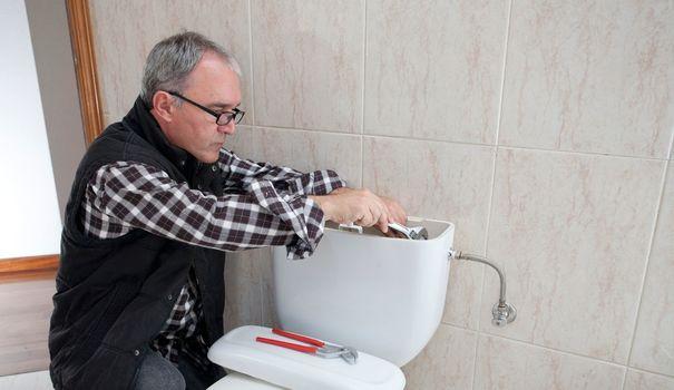 Comment réparer une chasse d'eau qui coule en permanence