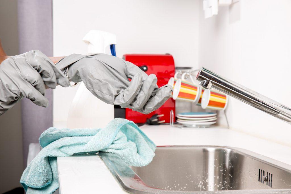 Une fuite d'eau sous lavabo peut poser de nombreux désagréments. En effet, l'eau qui fuit peut vite inonder votre pièce, créer des dommages sur la cuve et causer une usure prématurée. A cela s'ajoute le gaspillage d'eau qui peut alourdir votre facture. Si vous constatez une fuite d'eau sous votre lavabo et que vous souhaitez la réparer rapidement, poursuivez votre lecture pour découvrir ce qu'il faut faire ! Fuite sous le lavabo : comment la stopper immédiatement ? Les fuites sous un lavabo peuvent provenir d'une mauvaise étanchéité du robinet, de la tuyauterie ou encore des joints abimés. C'est pourquoi, il est important de déterminer l'origine de l'écoulement d'eau pour pouvoir choisir la solution à adopter. Couper immédiatement l'arrivée d'eau Quelle que soit l'origine de la fuite, celle-ci doit être traitée dans les plus brefs délais avant que la situation ne s'aggrave. La première chose à faire est de fermer la vanne d'arrêt de la pièce ou bien l'alimentation en eau générale de votre logement. Cela est important pour stopper provisoirement la fuite de votre lavabo. Resserrer les boulons de raccordement Il est possible de réparer facilement une fuite sous un lavabo, notamment lorsqu'elle provient d'un simple relâchement des boulons de raccordement (ils se trouve entre les tuyaux d'arrivée d'eau et le robinet). Pour ce faire, pas de besoin de contacter un plombier pas cher Paris, il suffit alors de les resserrer pour arrêter définitivement votre fuite d'eau. Remplacer les joints usés Si les boulons sont bien serrés, démontez les raccordements et vérifiez l'état des joints. Si ces derniers sont détériorés, vous devrez donc les remplacer pour mettre fin à la fuite d'eau. Nettoyer le siphon et changer le joint Une fuite sous un lavabo peut également se situer au niveau du siphon. Dans ce cas, l'eau va s'écouler et se propager dans le sol de votre salle de bain. Un siphon qui fuit est causé généralement par une usure ou encrassement. Vous pouvez alors le démonter, le